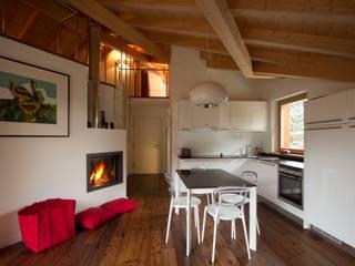 L'open space 2: Soggiorno in stile in stile Moderno di medeaa Marchetti e De Luca Architetti Associati