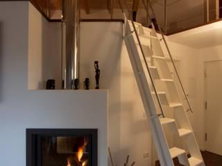 Particolare del camino e della scala alla marinara: Soggiorno in stile in stile Moderno di medeaa Marchetti e De Luca Architetti Associati