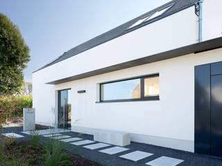 Eingang Haus F+H: moderne Häuser von SCHAMP & SCHMALÖER