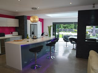Kitchen and Media area PTC Kitchens Cucina moderna