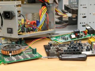 LQN Soluciones Mantenimiento Informático Salas multimedia de estilo moderno de LQN Soluciones Mantenimiento Informático Moderno