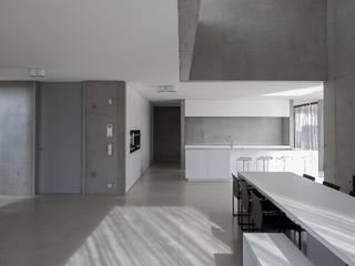 Phòng ăn phong cách tối giản bởi pluspunt architectuur Tối giản