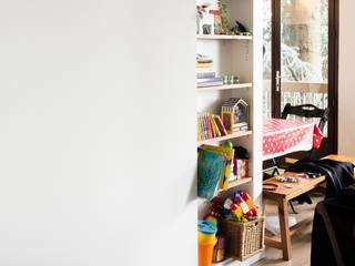 Appartement TM #9: Salle à manger de style de style Moderne par ATELIER R ARCHITECTES