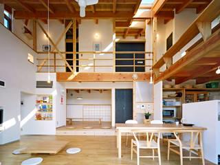 リビングの吹き抜け空間 モダンデザインの リビング の 久保田英之建築研究所 モダン