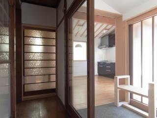 住み継ぐ家: 結人建築設計事務所が手掛けた廊下 & 玄関です。