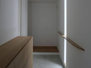高岡の家: 深山知子一級建築士事務所・アトリエレトノが手掛けた廊下 & 玄関です。,モダン