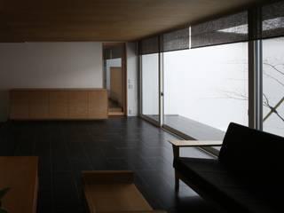 高岡の家: 深山知子一級建築士事務所・アトリエレトノが手掛けたリビングです。,モダン
