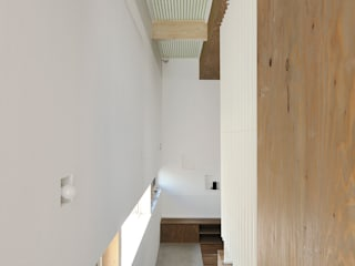 Modern corridor, hallway & stairs by 石塚和彦アトリエ一級建築士事務所 Modern