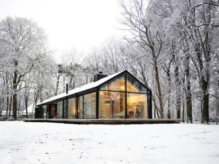 北欧風 家 の Bedaux de Brouwer Architecten 北欧