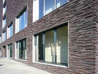 relief-fassade für ein kaufhaus in frankfurt:  Geschäftsräume & Stores von Peter Olbert Architekt