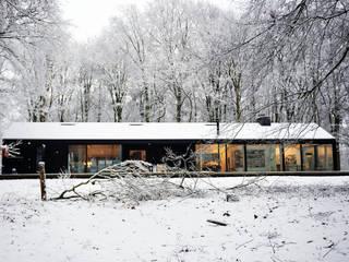 北欧デザインの ガレージ・物置 の Bedaux de Brouwer Architecten 北欧