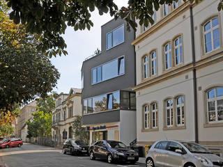 Straßenansicht: moderne Häuser von Seidel+Architekten