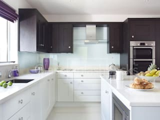 Glacier Glass Splashback in tone-tone shaker kitchen. DIYSPLASHBACKS ห้องครัว กระจกและแก้ว Blue