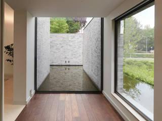 Couloir, entrée, escaliers modernes par Bedaux de Brouwer Architecten Moderne