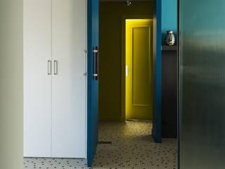 Appartement Observance Couloir, entrée, escaliers modernes par nesso Moderne