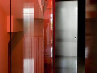 MAISON REFLET Couloir, entrée, escaliers modernes par nesso Moderne