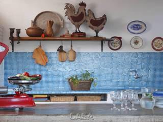 """Casa Litoral Norte SP - """"Alma Caiçara"""": Cozinhas  por AMMA PROJETOS,"""