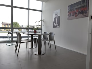 Sala per piccole riunioni: Complessi per uffici in stile  di VIATI interni