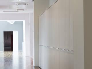 Contenitori zona corridoio: Complessi per uffici in stile  di VIATI interni