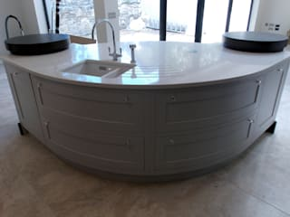 Curved Kitchen Dublin: classic  by Designer Kitchen by Morgan, Classic