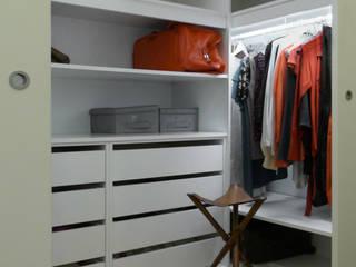 Vestidores y closets de estilo  por Atelier da Calçada