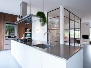 Modern Kitchen by StrandNL architectuur en interieur Modern
