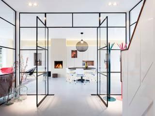 Verbouwing en inrichting jaren '30 woning Moderne eetkamers van StrandNL architectuur en interieur Modern