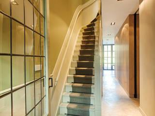 mix van klassiek en modern:  Gang en hal door StrandNL architectuur en interieur