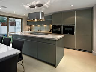 Grey Kitchen with Island من Elan Kitchens حداثي