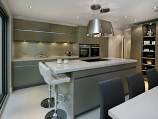 Grey Kitchen with Island Moderne keukens van Elan Kitchens Modern