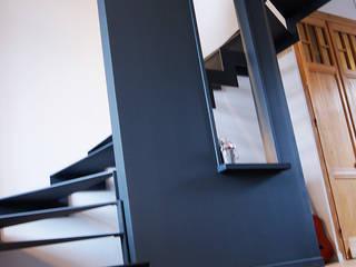 Escaliers 1: Couloir et hall d'entrée de style  par CABINET AERTS