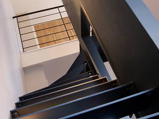escaliers 2: Couloir et hall d'entrée de style  par CABINET AERTS