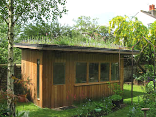 Artists' studio with green roof Modern Garden by Organic Roofs Modern