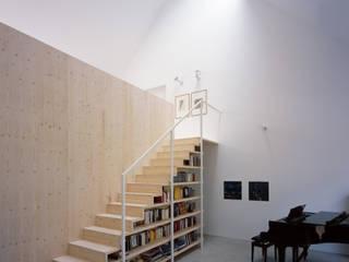 Regalmöbel mit integrierter Holztreppe:  Flur, Diele & Treppenhaus von Bohn Architekten GbR