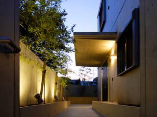 Simple Box House-擁壁一体型のコンクリート打放3層箱型住宅- モダンな庭 の 鈴木賢建築設計事務所/SATOSHI SUZUKI ARCHITECT OFFICE モダン