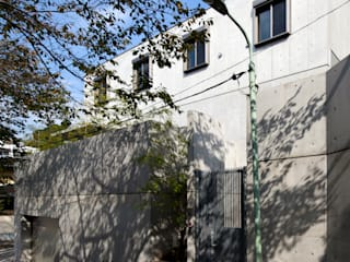 Simple Box House-擁壁一体型のコンクリート打放3層箱型住宅- 鈴木賢建築設計事務所/SATOSHI SUZUKI ARCHITECT OFFICE モダンな 家