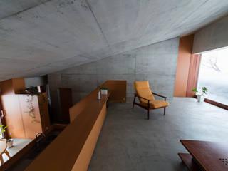 雁木のある家: YASUO TERUI Architects Inc.が手掛けたリビングです。