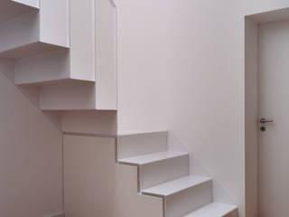 Couloir, entrée, escaliers minimalistes par Architekturbüro Klaus Zeller Minimaliste