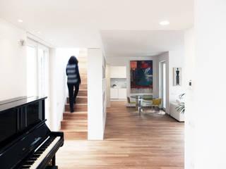 ATTICO SU DUE LIVELLI: Ingresso & Corridoio in stile  di BACS architettura