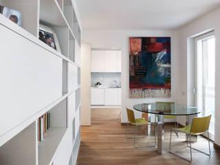 ATTICO SU DUE LIVELLI: Sala da pranzo in stile in stile Moderno di BACS architettura