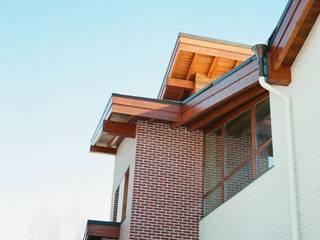 Современный дом с малым углом кровли и панорамным остеклением: Дома в . Автор – АВК