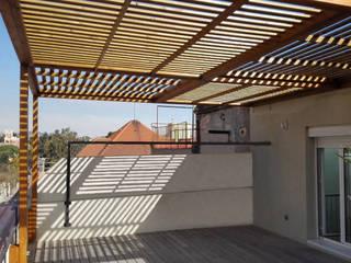 PÉRGOLA PARA TERRAZA EN PISO DE BARCELONA Balcones y terrazas de estilo colonial de mobla manufactured architecture scp Colonial