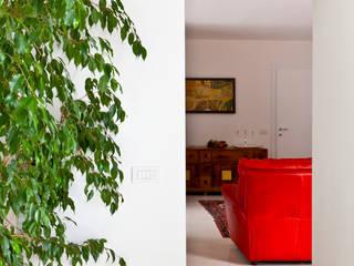 RISTRUTTURAZIONE VILLA PRIVATA SUI COLLI Soggiorno moderno di micheladesalvadori architetto Moderno