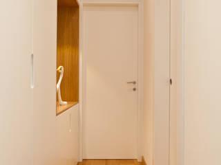 RISTRUTTURAZIONE VILLA PRIVATA SUI COLLI Ingresso, Corridoio & Scale in stile moderno di micheladesalvadori architetto Moderno