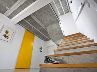 Modern corridor, hallway & stairs by mode:lina™ Modern