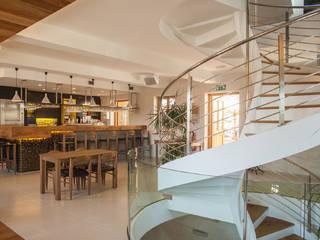 Birreria su tre piani in Slovenia Bar & Club moderni di Rizzi Moderno