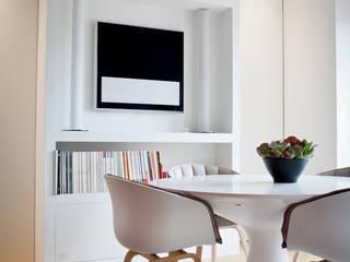 Lo spazio multiuso.... di giorno ufficio... di sera pranzo.... : Soggiorno in stile in stile Moderno di studio di progettazioni DARCHIMIRE