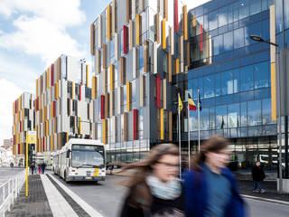 Zicht vanaf de bushalte op hoofdingang federale diensten:  Kantoorgebouwen door Abscis Architecten bvba