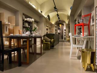LAPINI CORSO ITALIA: Spazi commerciali in stile  di SUPERplumSTUDIO