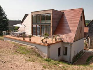 Neue Dachgaube mit Terrasse:   von ahoch4 Architekten